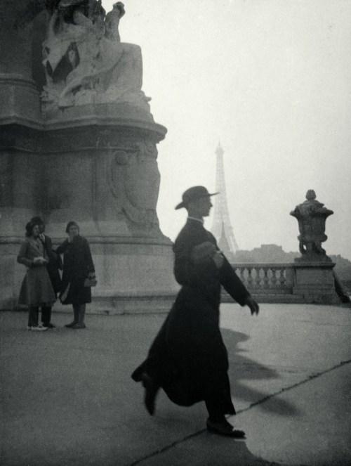 Prêtre marchant sur le Pont Alexandre III, Paris, vers 1928 Épreuve gélatino-argentique, tirage d'époque Centre Pompidou, musée national d'art moderne, Paris